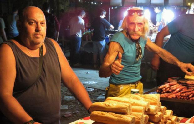 Kurz bevor die Sonne aufgeht machen sie ihr größtes Geschäft: Händler vor dem Festival verkaufen Essen, billigen Alkohol und Ramsch